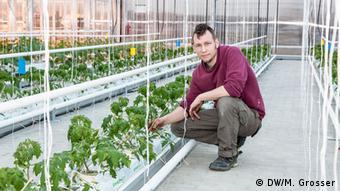 Tα λαχανικά στο θερμοκήπιο της EFC φύτεψε ο κηπουρός Ρόμπερτ Ντίτριχ (φωτ.) με τη βοήθεια συναδέλφων του