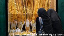 28.02.2007 ***Zwei Frauen betrachten die Auslagen in einem der zahlreichen Geschäfte des Gold-Souks in Dubai (Foto vom 28.02.2007). Das Stadtgebiet am Dubai Creek gilt als das eigentliche alte Zentrum von Dubai. Hier gibt es neben modernen Hochhäusern auch die historischen Gold - und Gewürz-Souks mit ihren zahlreichen Läden. Foto: Wolfgang Thieme +++(c) dpa - Report+++