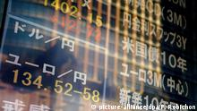 23.01.2015 epaselect epa04578217 The rate of the euro against the yen is seen on an indicator board in Tokyo, Japan, 23 January 2015. The euro lost ground against the yen after the European Central Bank announced a massive 1-trillion-euro stimulus package. The euro was quoted at around 134.5 yen in mid-day trading. EPA/FRANCK ROBICHON