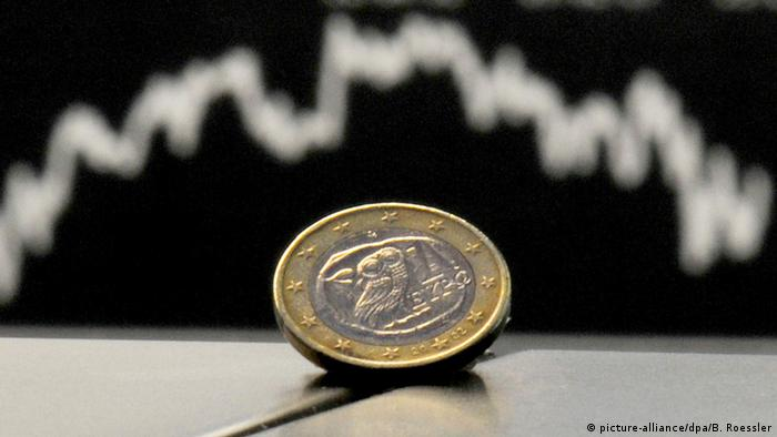 Stock chart, euro coin (picture-alliance/dpa/B. Roessler)