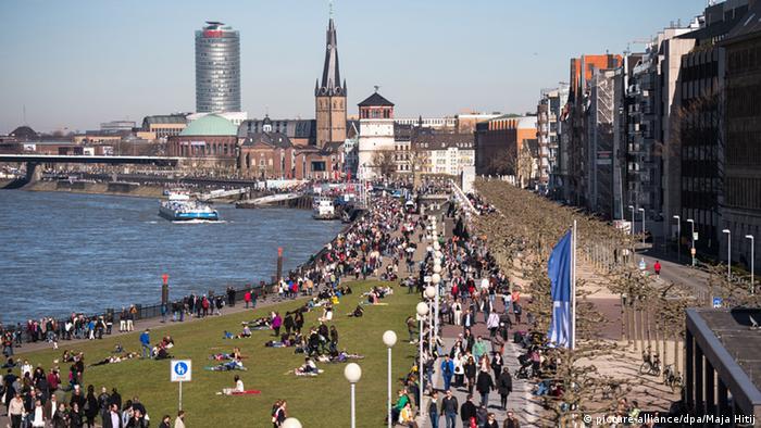 Frühling Deutschland Rheinpromenade in Düsseldorf