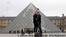 Touristen mit Selfie-Stick in Paris