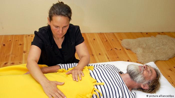 انجام یوگا میتواند بخشی از برنامه درمانی باشد، اما باید توجه داشت که جایگزین مراقبتها و توصیههای پزشکی نیست. یوگا را نباید به تنهایی و بدون مربی آغاز کرد و انجام داد.