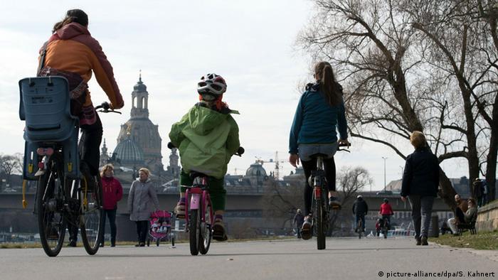 Люди катаються на велосипедах у Дрездені