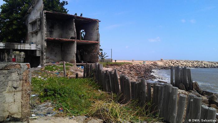 Küstenerosion in Mosambik (DW/A. Sebastiao)