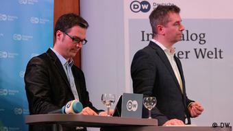 André Moeller, Abteilungsleiter Bildungsprogramme der DW Akademie, und Florian Müller, Moderator der Diskussion