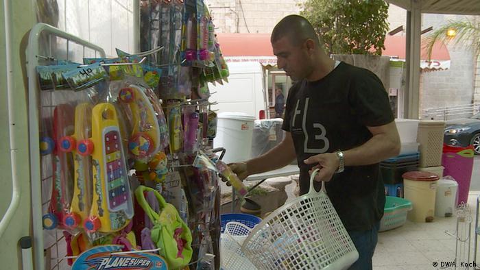 Maher Saleh, Haushaltswarenhändler in Lod - Foto: Anja Koch (DW)