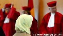 ARCHIV - Fereshta Ludin, muslimische Lehrerin und Beschwerdeführerin im Kopftuch-Streit, sitzt am 24.09.2003 nach der Urteilsverkündung im Bundesverfassungsgericht in Karlsruhe vor den Richtern (v.l.) Rudolf Mellinghoff, Lerke Osterloh und Hans-Joachim Jentsch. Vor dem Bundesverfassungsgericht in Karlsruhe wird am 13.03.2015 jetzt erneut über ein Kopftuchverbot für Lehrerinnen entschieden. Foto: Uli Deck/dpa +++(c) dpa - Bildfunk+++