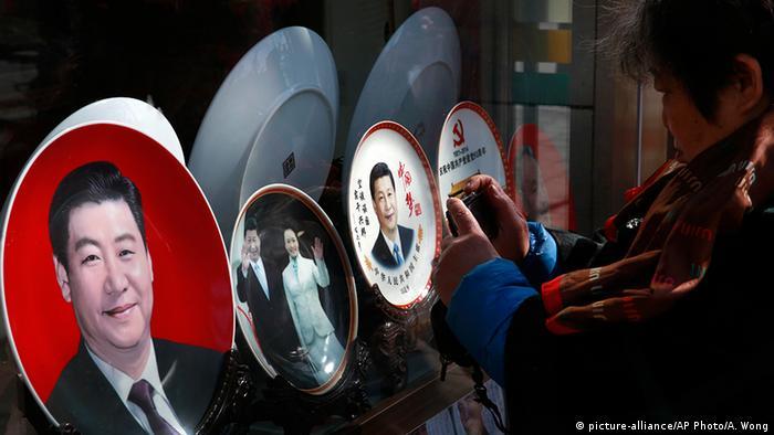 China Personenkult Teller mit Bild von Präsident Xi Jinping