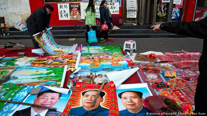 China Personenkult Porträts von Mao und Präsident Xi Jinping