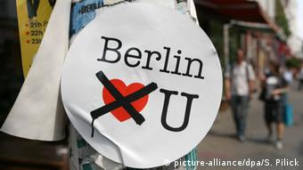 Sticker Berlin don't love you (picture-alliance/dpa/S. Pilick)