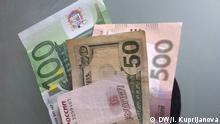 Geldbeutel mit Geldscheinen: russischen Rubel, ukrainischen Hryvna, US-Dollar und Euro. Autor: Inna Kuprijanova, DW, 12.03.2015.
