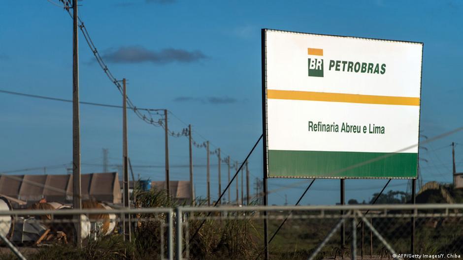 Escândalo na Petrobras acelera demissões e afeta economia | DW | 16.03.2015