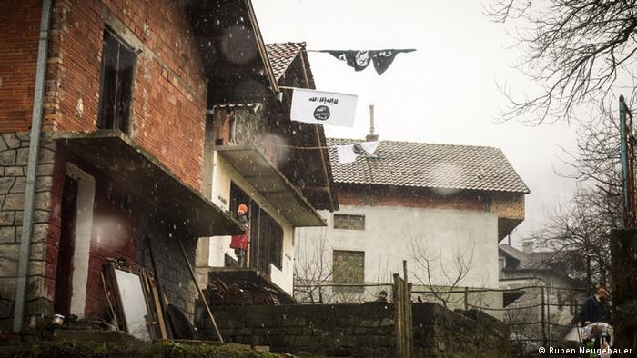 IS-Flagge in Gornja Maoca, Bosnien