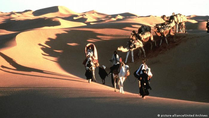 فیلم بعدی برتولوچی به نام آسمان سرپناه او را به مراکش و صحرای بزرگ آفریقا برد. در این فیلم ستارگانی چون دبرا وینگر و جان مالکوویچ بازی میکردند. این فیلم درباره زندگی زوجی است که از جامعه غربی میگریزد و در برخورد با دنیایی غریب و در صحرای بزرگ آفریقا هویت خود را از دست میدهد.