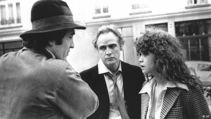 جنجالها و تلاشها برای سانسور کردن برخی صحنهها عطش تماشاگران برای دیدن این فیلم را چند برابر کرد. آخرین تانگو در پاریس سالها در آمریکا رکورددار فروش بین فیلمهای اروپایی بود. این فیلم در دهه ۱۹۷۰ میلادی نامزد دریافت چندین جایزه شد.