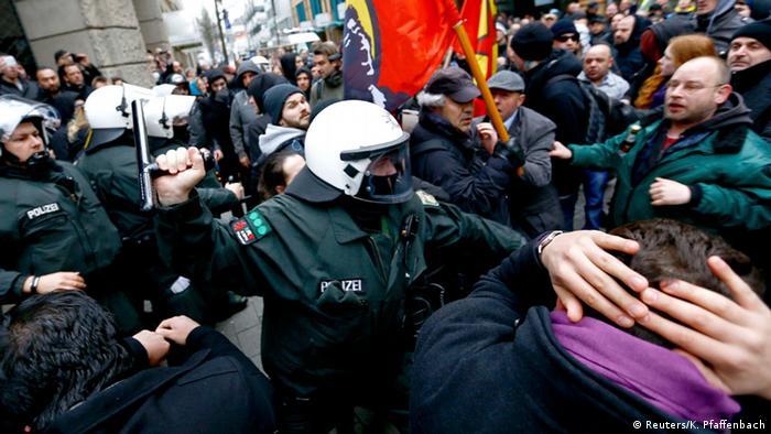 Wuppertal Demonstrationen von Salafisten und Rechtsextremen