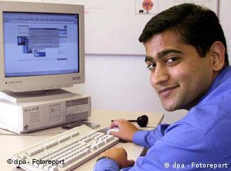 Ein junger Mann aus Indien sitzt am Computer