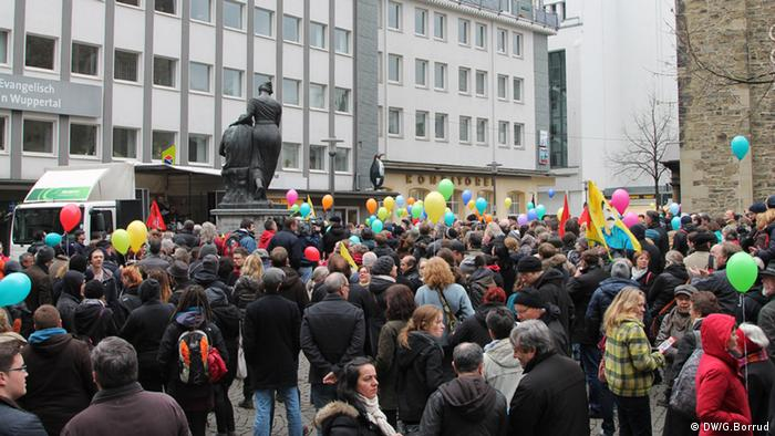 Demonstranten mit Luftballons in Wuppertal - Foto: Gabriel Borrud (DW)
