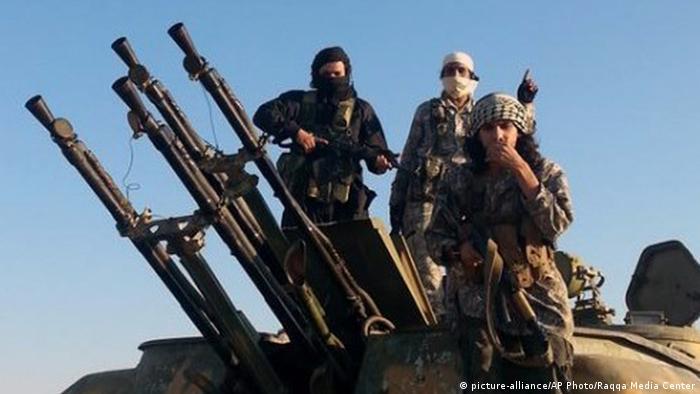 Kämpfer des Islamischen Staates in Syrien (Foto: AP Photo/Raqqa Media Center)