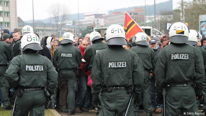Polizeikette vor Demonstranten in Wuppertal - Foto: Gabriel Borrud (DW)