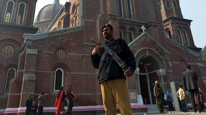 Pakistan Wachmann vor einer christlichen Kirche in Lahore
