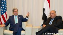 15. März 2015 U.S. Secretary of State John Kerry and Egyptian Foreign Minister Sameh Shoukry (R) meet on the sidelines of the Egypt Economic Development Conference in Sharm el-Sheikh March 15, 2015. REUTERS/Brian Snyder (EGYPT - Tags: POLITICS)