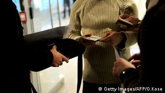 Türkei verstärkt Kontrollen - türkische Polizisten kontrollieren Reisepass von Passagieren am Flughafen in Istanbul