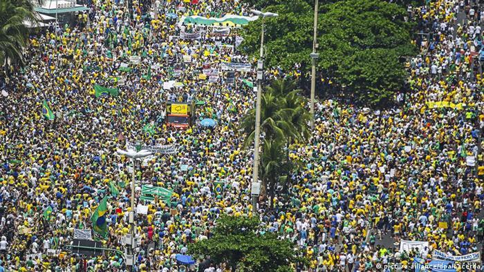 Manifestantes en Brasil, piden la renuncia de la presidenta Dilma Rousseff, salpicada por el escándalo en Petrobras.