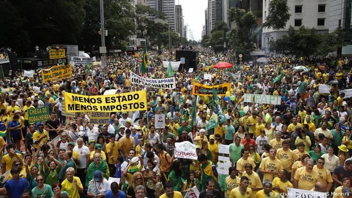 A general view of thousands of people during a protest against Brazilian President Dilma Rousseff in Sao Paulo, Brazil, 15 March 2015. Anti-government rallies in cities across Brazil have drawn tens of thousands of people into the streets to protest the administration of President Dilma Rousseff and demand her impeachment. Rousseff, who started her second four-year term in January, is under fire over Brazil's stagnating economy, rising energy costs and a corruption scandal dubbed Lava Jato (lit.: Car Wash) enveloping the state-controlled oil giant Petrobras, whose Board of Directors Dilma had chaired for eight years. EPA/SEBASTIAO MOREIRA +++(c) dpa - Bildfunk+++