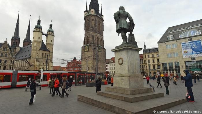 Zentrum von Halle Sachsen-Anhalt mit der Marktkirche, dem Roten Turm und dem Händel-Denkmal