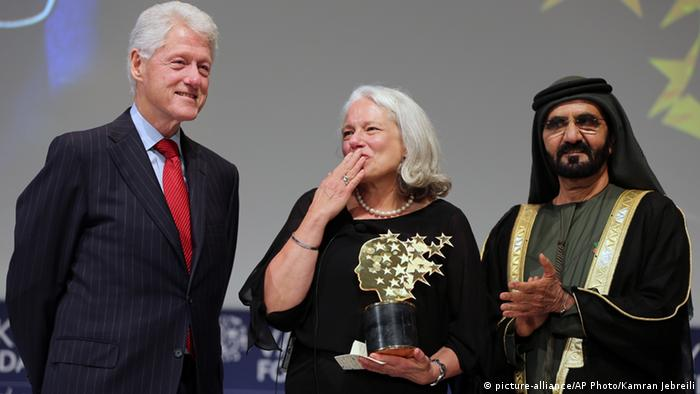 Nancie Atwell Global Teacher Prize Dubai Arabische Emirate Bill Clinton Sheikh Mohammed bin Rashid Al Maktoum (picture-alliance/AP Photo/Kamran Jebreili)