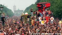 13.07.1996 *** Rund 600.000 ausgelassene Techno - Fans aus der gesamten Bundesrepublik und dem Ausland sorgen am 13.07.1996 in Berlin für die bislang größte Kundgebung von Jugendlichen in der Geschichte des Landes. Die Love Parade, 1989 von Discjockey Dr. Motte ins Leben gerufen, ist zu einem festen touristischen Großereignis für junge Leute in Berlin geworden. Das Motto der 96er Ausgabe ist We are one family. (Ber466-130796)