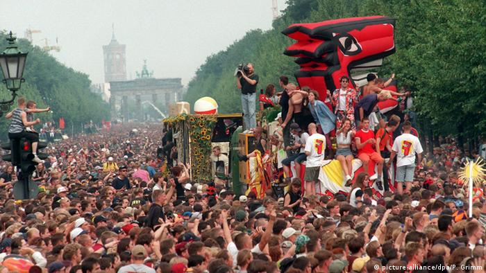 The 'Love Parade' in Berlin. Copyright: picture-alliance/dpa/P. Grimm.