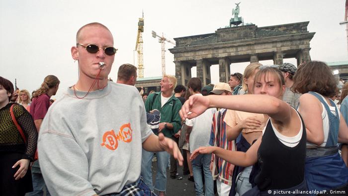 Love Parade festival in front of Berlin's Brandenburg Gate (Foto: Peer Grimm)
