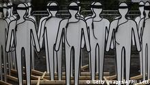 Bildunterschrift:Cardboard cut outs made to resemble humans stand with nooses and blind folds as demonstrators protest Iranian President Hassan Rouhani outside the United Nations on September 25, 2014 during the 69th session of the United Nations General Assembly in New York. Rouhani vowed at the UN Thursday that Tehran would continue talks on securing a nuclear deal in good faith with Western powers, warning against any delay on resolving the issue. AFP PHOTO/Joshua Lott (Photo credit should read Joshua LOTT/AFP/Getty Images)