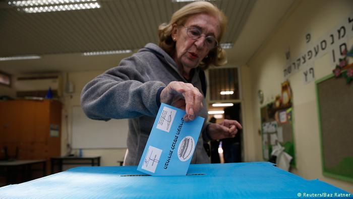 Israel Wahlen 2015 Urne Wahlurne Frau Stimmzettel
