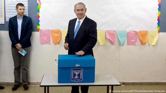 Benjamin Netanyahu bei der Stimmabgabe (Foto: picture-alliance/AP Photo)
