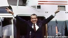 Nixon macht Victoryzeichen nach Rücktritt 1974
