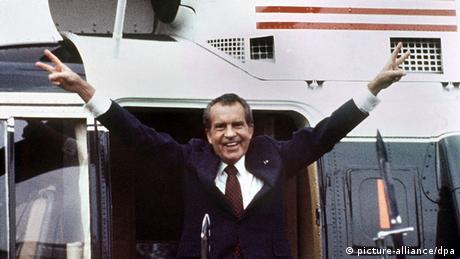Nixon macht Victoryzeichen nach Rücktritt 1974 (picture-alliance/dpa)