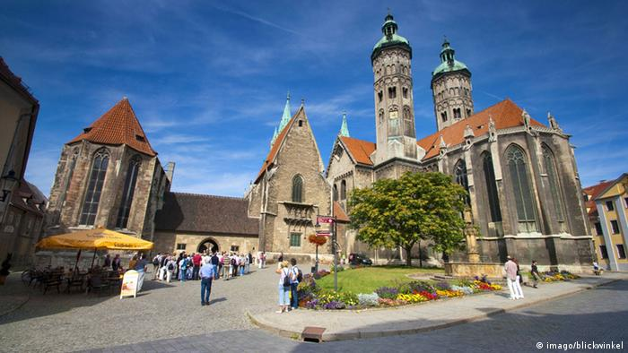 Naumburg cathedral with tourists, Copyright: imago/blickwinkel