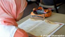 Symbolbild Bildung Migranten Schule Lernen Lesen Schulbuch