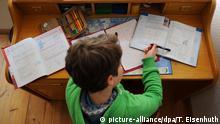 Symbolbild Bildung Deutschland Schule Lernen Lesen Schulbuch