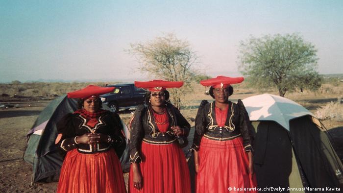 Eine Gruppe von Herero-Frauen in Namibia. Foto: baslerafrika.ch/Evelyn Annuss/Marama Kavita