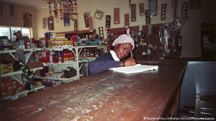 Mädchen schreibt auf einem Heft. Foto: baslerafrika.ch/Evelyn Annuss/Marama Kavita