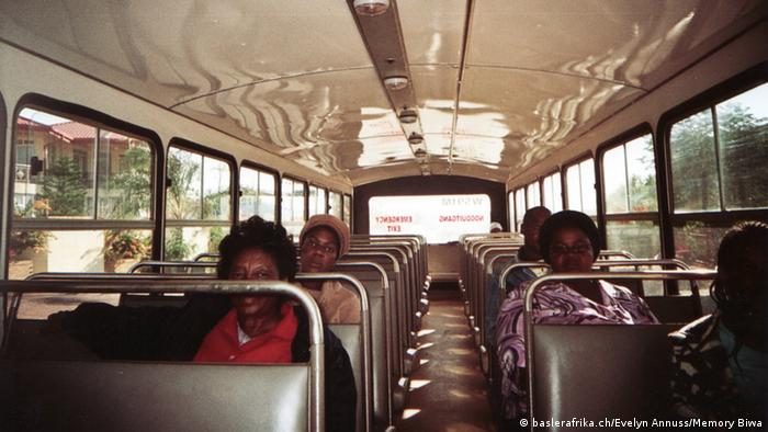 Leute in Botswana im Bus. Foto: baslerafrika.ch/Evelyn Annuss/Memory Biwa.