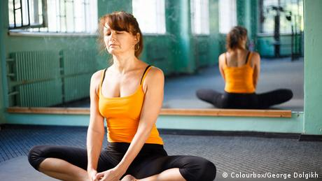 Frau im Yogastudio