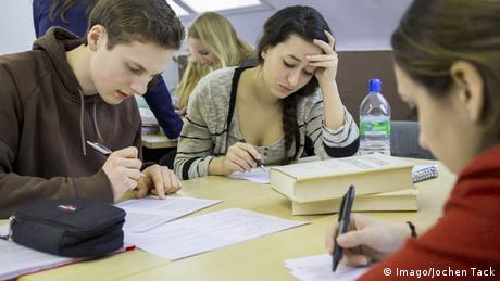 Symbolbild Bildung Deutschland Schulbücher Lernen