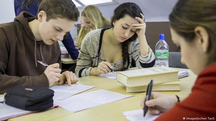 Symbolbild Bildung Deutschland Schulbücher Lernen (Imago/Jochen Tack)