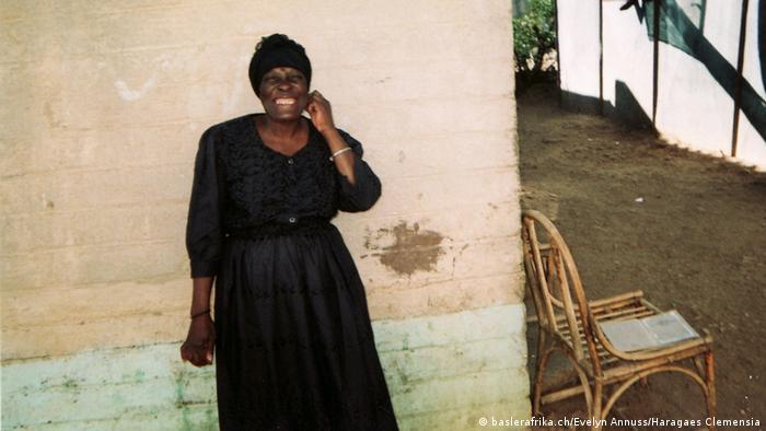 Frau in Schwarz. Foto: baslerafrika.ch/Evelyn Annuss/Haragaes Clemensia